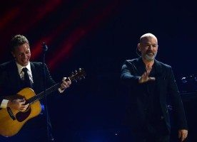"""Chris Martin e Michael Stipe em """"In the sun"""": Ouça agora!"""