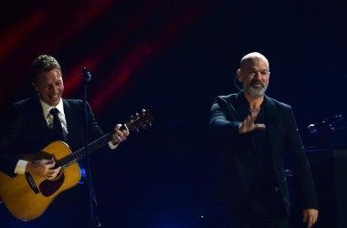 "Chris Martin e Michael Stipe em ""In the sun"": Ouça agora!"